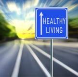 Zdrowy Żywy Drogowy znak na Pośpiesznym tle z zmierzchem obraz stock