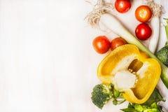 Zdrowy łasowania pojęcie z kolorowymi warzywami na białym drewnianym tle, odgórny widok Fotografia Stock