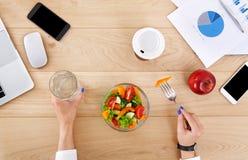 Zdrowy biznesowy lunch dla kobiety, odgórny widok przy stołem Zdjęcia Royalty Free