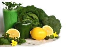 Zdrowy detox śniadanie z zielonym smoothie w szkła, cytryny i warzywa składnikach fotografia stock