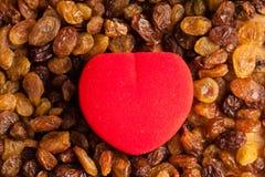 zdrowy diety jedzenie Rodzynka jako tło czerwieni i tekstury serce Zdjęcie Stock