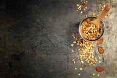 Zdrowy domowej roboty granola z dokrętkami i wysuszonymi owoc użyczający obrazy stock