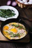 Zdrowy domowej roboty tani jedzenie, jajka i bekon w niecce, zdjęcie royalty free