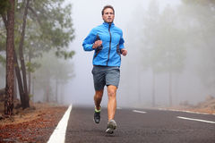 Zdrowy działający biegacza mężczyzna trening Fotografia Stock