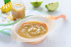 Zdrowy dziecka odżywianie: jabłczany puree Obrazy Stock