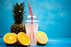 Zdrowy egzotyczny napój pomarańcze i ananasy obrazy royalty free