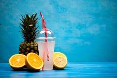 Zdrowy egzotyczny napój pomarańcze i ananasy zdjęcia royalty free