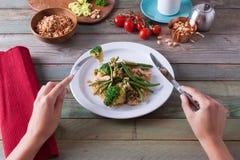 Zdrowy gość restauracji z brokułami i fasolkami szparagowymi Obrazy Stock
