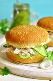 Zdrowy hamburger z kremowym serem, gotowanym kurczakiem i ogórka sli, Obraz Royalty Free