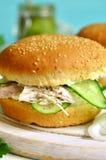 Zdrowy hamburger z kremowym serem, gotowanym kurczakiem i ogórka sli, Zdjęcia Stock