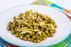Zdrowy i dieta jedzenie bez mięsa: Zieleni grochy i ser w pes Zdjęcie Stock
