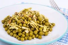 Zdrowy i dieta jedzenie bez mięsa: Zieleni grochy i ser w pes Zdjęcia Royalty Free
