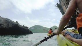 Zdrowy i silny mężczyzna w kamizelce ratunkowej, podejścia faleza w morzu w aktywnej odzieży na żółtej kajak łodzi na gorący pogo zbiory wideo