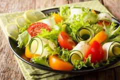 Zdrowy i smakowity jedzenie: sałatka zucchini, pomidory, sałata dowcip Zdjęcie Royalty Free