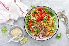 Zdrowy i wyśmienicie puchar z sałatką chickpea, świeży pieprz i sałata liście, Żywienioniowy zrównoważony opierający się foo obraz royalty free