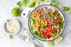 Zdrowy i wyśmienicie puchar z sałatką chickpea, świeży pieprz i sałata liście, Żywienioniowy zrównoważony opierający się foo zdjęcie royalty free