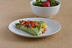 Zdrowy Jarski lunchu naczynie z kabaczkiem, serem, pomidorami i szpinaka opakunkiem, zdjęcie royalty free