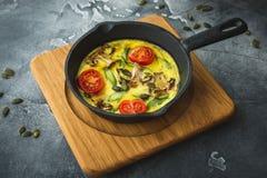 Zdrowy jarski omlet w smażyć nieckę i dyniowych ziarna Obrazy Stock