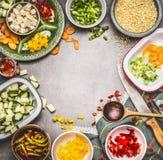 Zdrowy jarskiego naczynia przygotowanie z Diced feta serem, rżniętymi warzywami w pucharach, perełkowym jęczmieniem, kulinarną ły Zdjęcie Royalty Free