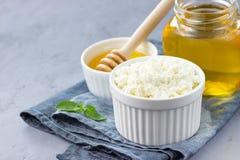 Zdrowy je pojęcie - śniadanie z chałupa serem lub ricotta z miodem obraz stock
