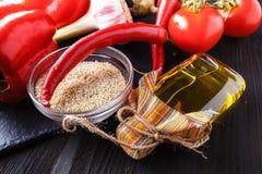 Zdrowy jedzenia i napoju pojęcie Sezamowy olej i ziarna na chiny Obraz Royalty Free
