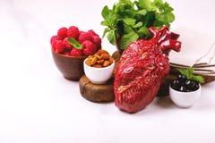 Zdrowy jedzenia i serca model jagod dokrętki streszczenie medyczny Fotografia Royalty Free