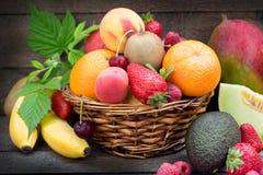 Zdrowy jedzenie, zdrowy ?asowanie - ?wie?a organicznie owoc w ?ozinowym koszu obraz royalty free