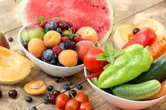 Zdrowy jedzenie - świezi organicznie owoc i warzywo na wieśniaka stole fotografia royalty free