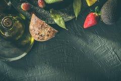 Zdrowy jedzenie: Avocado, ananas, truskawki i winogrona z, chlebem i olejem Markotny karmowy pojęcie fotografia stock