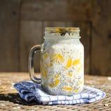 Zdrowy jedzenie, chia nasieniodajny pudding z mango, owsów płatki, kokosowy mleko i muesli, witaminy śniadanie w szklanym kubku R Zdjęcie Stock