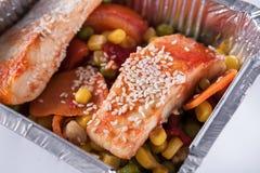 Zdrowy jedzenie, czerwieni ryba, kukurudza, marchewka, zielony groch i sezam, Obraz Stock
