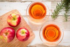 Zdrowy jedzenie: czerwoni jabłka i rozmaryny na drewnianym stole Obraz Royalty Free