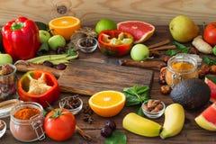 Zdrowy jedzenie, czysty karmowy wybór: owoc, warzywa, ziarna, pikantność na drewnianym tle obrazy royalty free