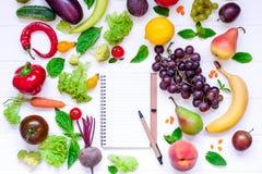Zdrowy jedzenie, diety łasowanie, detox tło - różni owoc i warzywo, opróżnia otwartego notatnika, i pomiarowa taśma na bielu zale Obrazy Stock