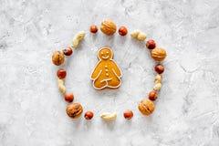 Zdrowy jedzenie dla sportowa Ciastka w kształcie joga asanas blisko dokrętek na kamiennym tło odgórnego widoku mockup obrazy royalty free