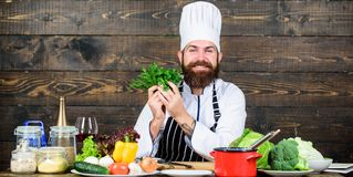 Zdrowy jedzenie dla sukcesu brodaty szcz??liwy m??czyzna szefa kuchni przepis Kuchnia kulinarna vite Zdrowy karmowy kucharstwo do zdjęcia stock