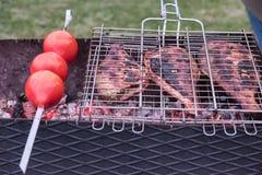 Zdrowy jedzenie gotujący na węglu drzewnym fotografia stock
