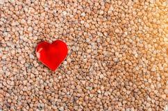 Zdrowy jedzenie, gryczanych groats tło i serce symbol, Zdjęcia Royalty Free