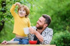 Zdrowy jedzenie i dieting nabia?u odosobnienia produkty bia?y Ranek śniadaniowa Jarska dieta je?? ojca i syna dzie? szcz??liwego  obraz stock