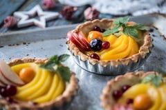 Zdrowy jedzenie jest świeżymi owoc i jagodami, brzoskwinie, jabłka, cranberries, przylądków agresty w koszu od ciasta Obraz Royalty Free