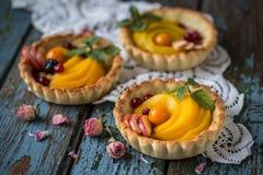 Zdrowy jedzenie jest świeżymi owoc i jagodami, brzoskwinie, jabłka, cranberries, przylądków agresty w koszu od ciasta Obraz Stock