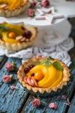 Zdrowy jedzenie jest świeżymi owoc i jagodami, brzoskwinie, jabłka, cranberries, przylądków agresty w koszu od ciasta Zdjęcie Royalty Free