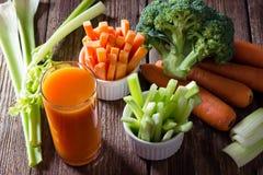 Zdrowy jedzenie marchwiany sok, seler i brokuły -, obraz stock