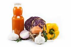 Zdrowy jedzenie. Na biel świezi warzywa. Obrazy Stock