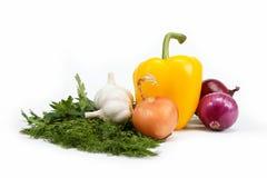 Zdrowy jedzenie. Na biel świezi warzywa. Obrazy Royalty Free