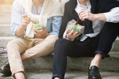 Zdrowy jedzenie outdoors Męski ulica styl Obrazy Stock
