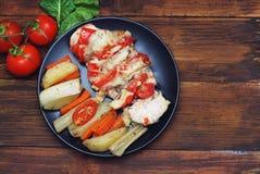 Zdrowy jedzenie - Piec na grillu kurczak z warzywami na Drewnianej desce z Tomatoe kopii i gałąź przestrzenią zdjęcie stock