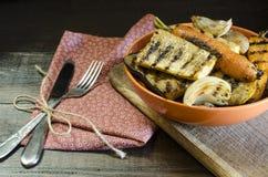 Zdrowy jedzenie piec na grillu warzywa na drewnianym stole Obrazy Stock