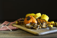 Zdrowy jedzenie piec na grillu warzywa na drewnianym stole Obraz Royalty Free