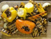 Zdrowy jedzenie piec na grillu warzywa na drewnianym stole Fotografia Royalty Free